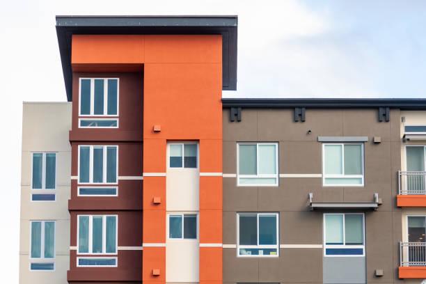außenansicht des modernen apartmentgebäudes mit luxuriösen mieteinheiten; sunnyvale, san francisco bay area, kalifornien - fensterfront stock-fotos und bilder