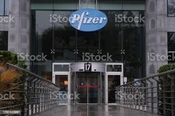 Außenansicht Der Niederlassungen Des Unternehmens Pfizer Pharmaceutical In Brüssel Belgien Stockfoto und mehr Bilder von Ansteckende Krankheit