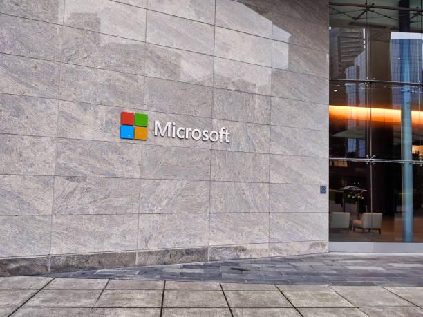 außenansicht des microsoft campus gebäudes in der innenstadt von bellevue, wa ohne menschen. - microsoft windows stock-fotos und bilder