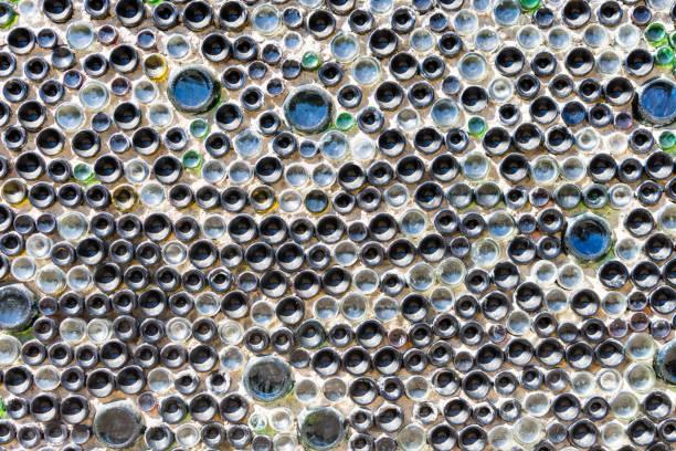 äußere wand aus glas-flaschen - recycelte weinflaschen stock-fotos und bilder