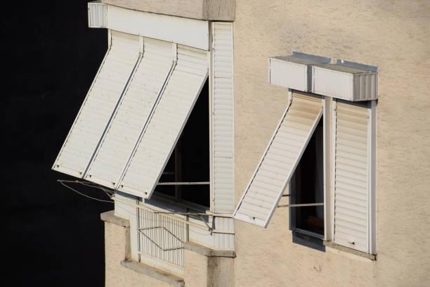 stores extérieurs sur les vitres pour la protection contre les rayons du soleil. - cosmetique store photos et images de collection
