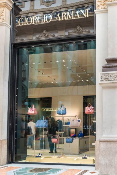außenfassade eines giorgio armani shop im zentrum von mailand, italien - exklusive mode stock-fotos und bilder