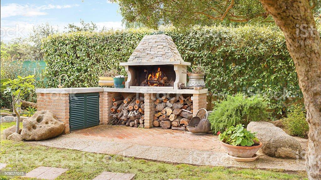 Externos Forno com queima de fogo de lenha e a lenha foto royalty-free