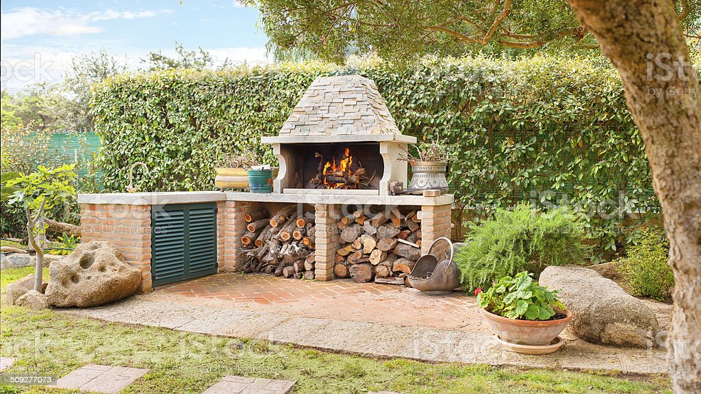 Externos Forno com queima de fogo de lenha e a lenha - foto de acervo