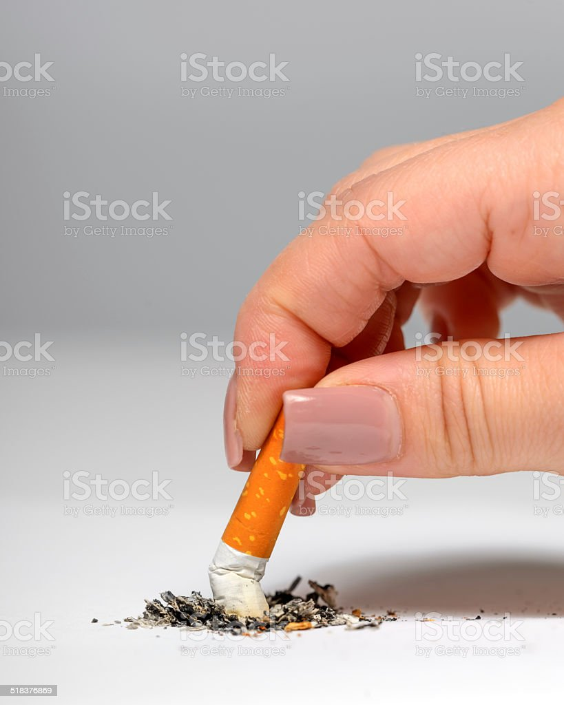 Apagar cigarro - foto de acervo