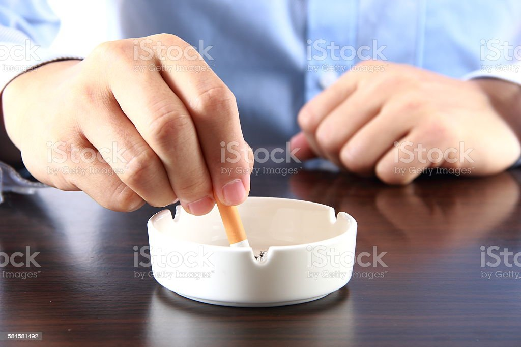 Extinguishing cigarette - foto de acervo