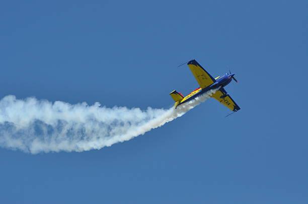 weitere 300 flugzeug fliegen durch eine demonstration - schrift am himmel stock-fotos und bilder