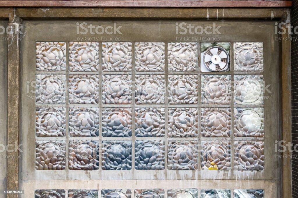 Dunstabzugshaube für lüftung installiert auf einer glaswand block