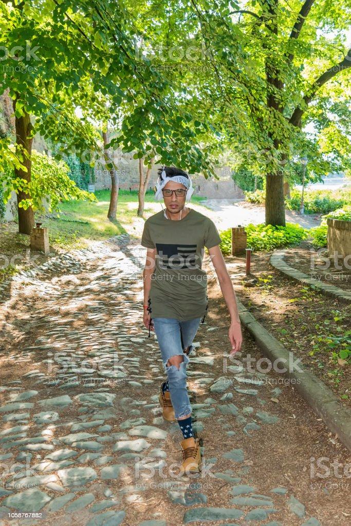 Extravagant Männermodel Mit Brille Zerrissene Jeans