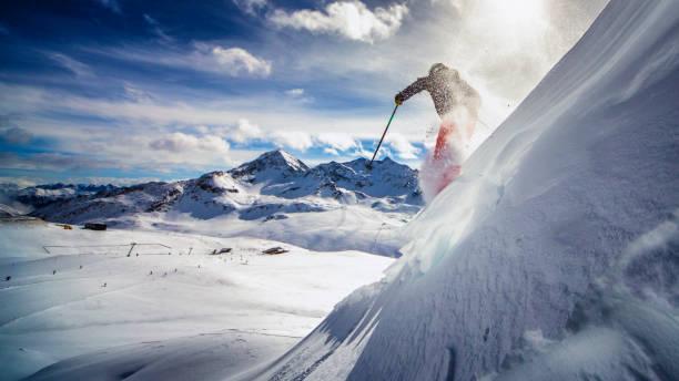 extreme skiër in poeder sneeuw - extreme sporten stockfoto's en -beelden