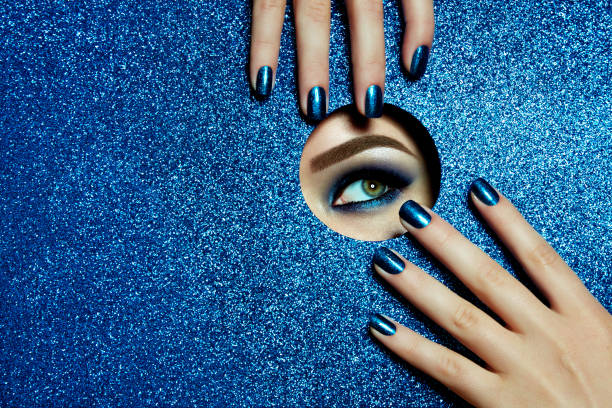 Olhos e mãos. - foto de acervo