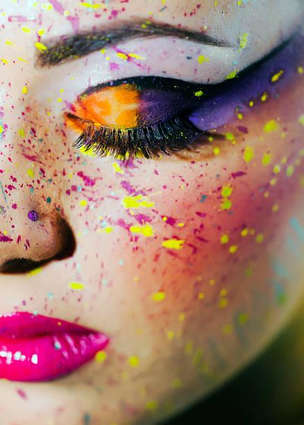 mit make-up augen geschlossen - lila augen make up stock-fotos und bilder