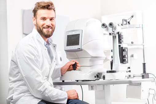 istock Eye doctor with ophthalmologic device 628153432