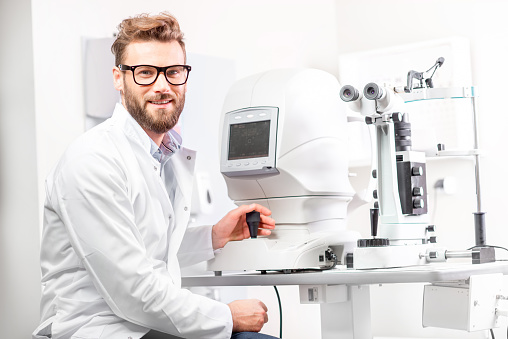 istock Eye doctor with ophthalmologic device 628153518