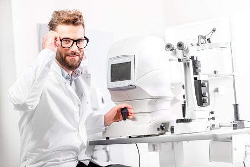 istock Eye doctor with ophthalmologic device 628153582