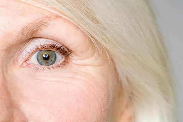 eye of a senior woman - 주름 뉴스 사진 이미지