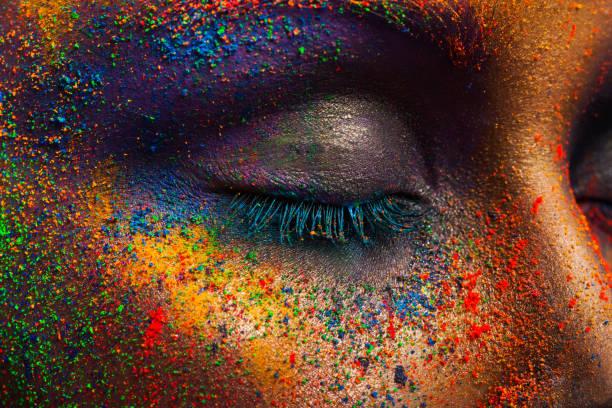 auge des modells mit bunten kunst-make-up, close-up - regenbogen make up stock-fotos und bilder