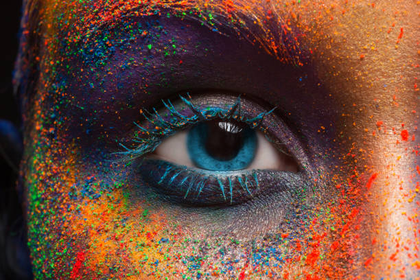 oko modelki z kolorowym makijażem artystycznym, zbliżenie - jaskrawy kolor zdjęcia i obrazy z banku zdjęć