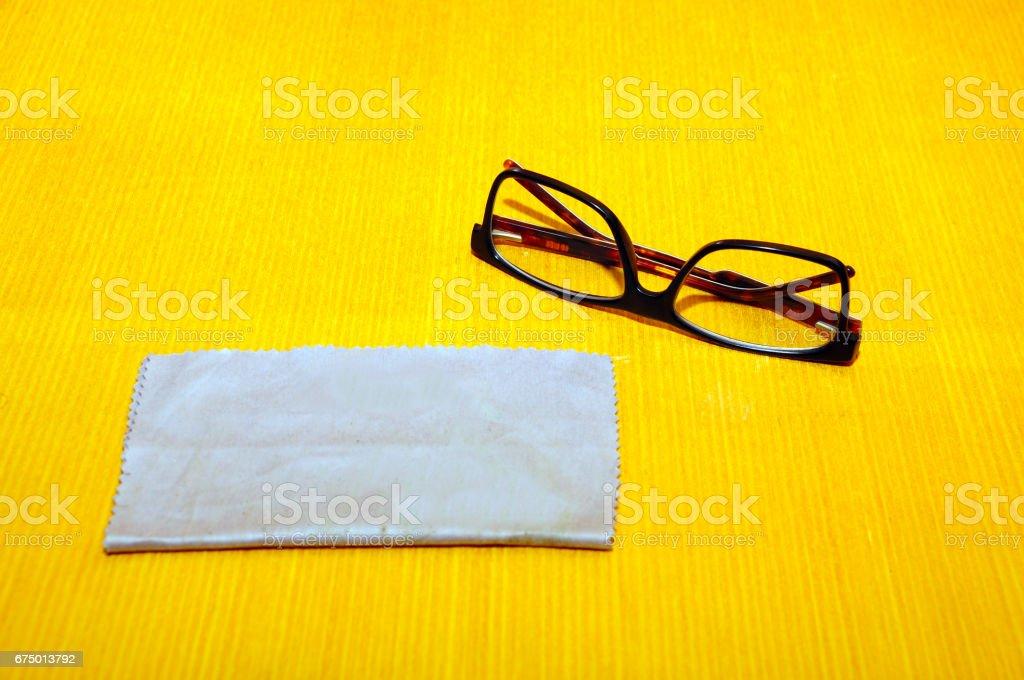 Brillen auf Schreibtisch mit Tuch – Foto