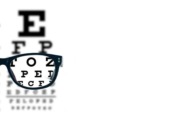 óculos com oculista turva visual texto carta sobre um fundo branco. espaço em branco ou vazio para sua mensagem - visao - fotografias e filmes do acervo