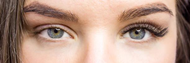 속눈썹 연장 절차입니다. 전후. 여자 긴 거짓 속눈썹과 눈입니다. 가까이 매크로 촬영-아름다움과 패션 컨셉 - 붙임 머리 뉴스 사진 이미지