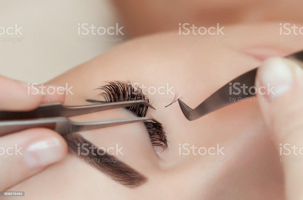 Procedimento de extensão de cílios close-up. - foto de acervo
