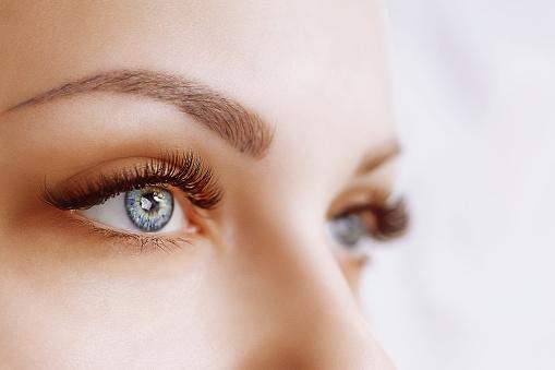Wimper Extensie Procedure De Ogen Van De Vrouw Met Lange Wimpers Closeup Selectieve Aandacht Stockfoto en meer beelden van Beauty spa