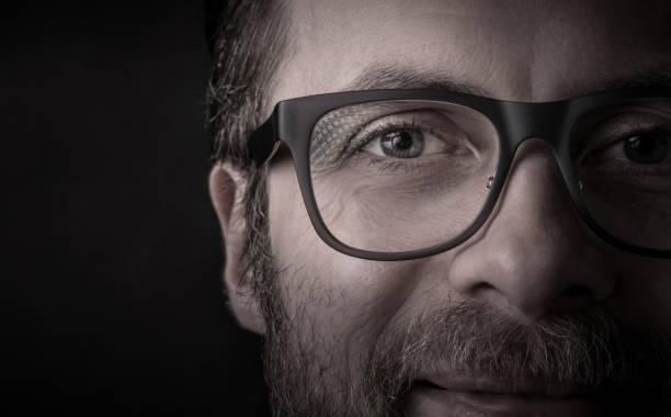 ogen en brillen-man's face close up (macro) - close up stockfoto's en -beelden