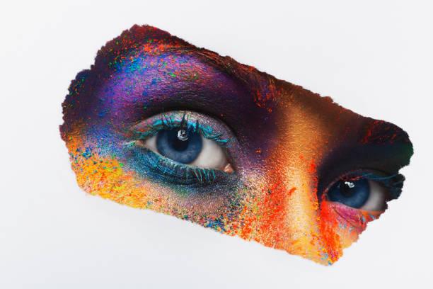 augen des modells mit bunten kunst-make-up, close-up - regenbogen make up stock-fotos und bilder