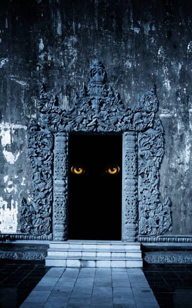 eyes of monster  in open ancient door - going inside eye imagens e fotografias de stock
