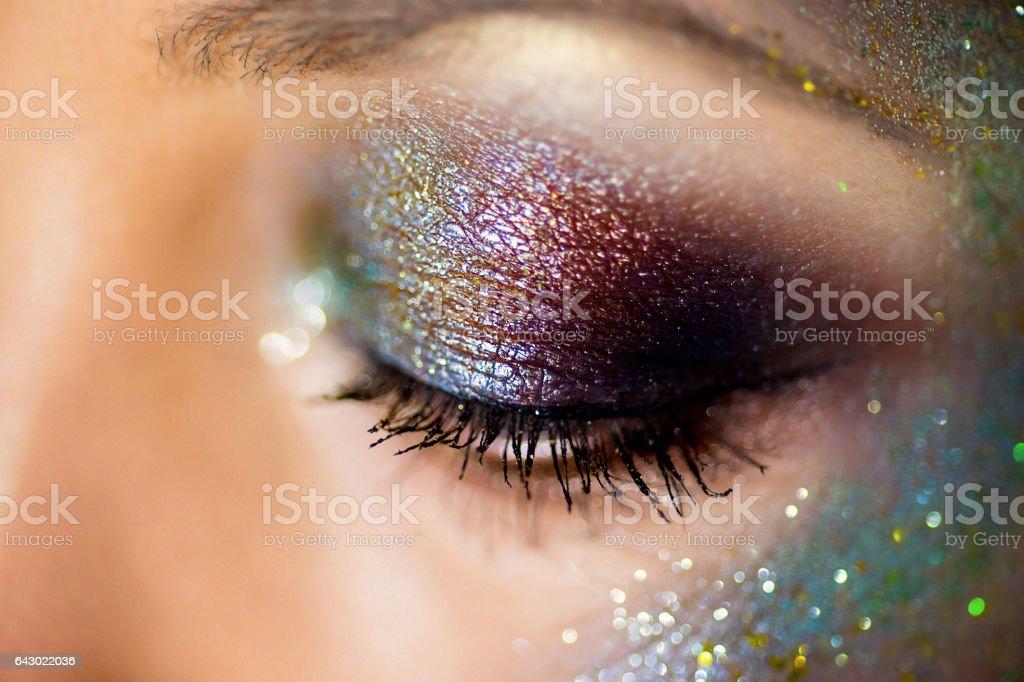 olhos pintados de lantejoulas closeup - foto de acervo