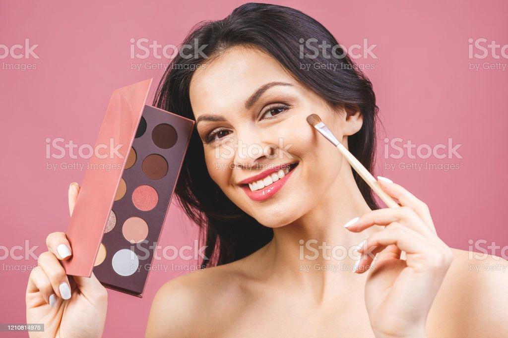 Photo Libre De Droit De Application Dombre A Paupieres Maquillage Pour Les Yeux Gros Plan Visage Feminin De Modele Avec Le Maquillage De Mode Concept De Beaute Banque D Images Et Plus D Images