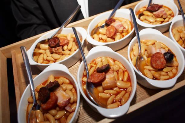 fabada. asturien typisches gericht. spanische gastronomie - chefkoch auflauf stock-fotos und bilder