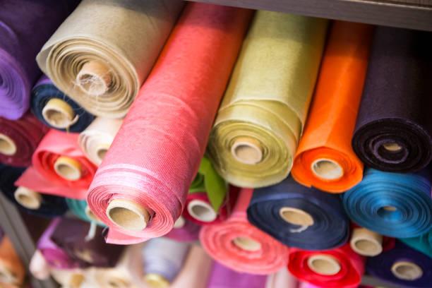 stoff rollen im shop - textilien stock-fotos und bilder
