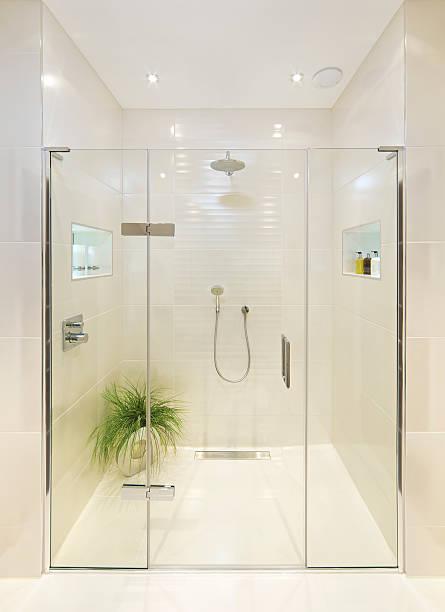 fabulous dusche zimmer - duschen stock-fotos und bilder