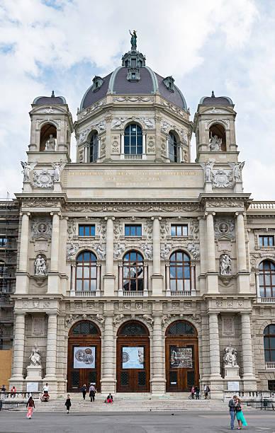 außenansicht und haupteingang zum kunsthistorisches museum wien - kunsthistorisches museum wien stock-fotos und bilder