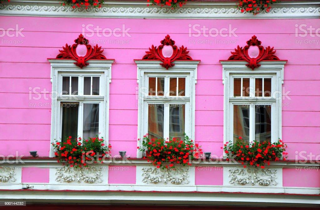 Fassade Dekoration Weisse Fenster Mit Blumen Auf Rosa Wand Stock