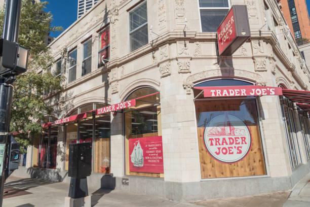 fassade-eingang des trader joes discounter in der innenstadt von chicago - aldi karriere stock-fotos und bilder