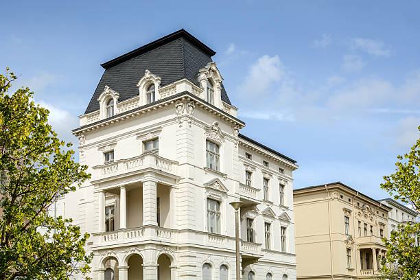 Facade of a classical villa in the city - foto de stock