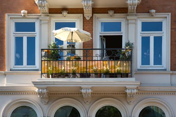 Fassade eines Hauses mit einem Balkon - Urlaub auf dem Balkon – Foto