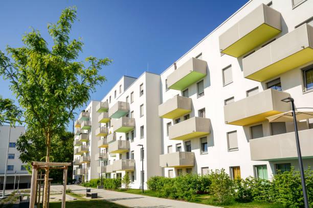 fassade eines modernen wohnhauses in der stadt - sozialwohnung stock-fotos und bilder
