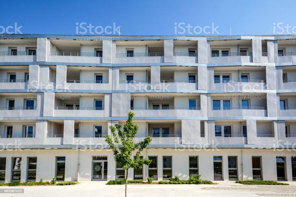 Fassade eines modernen Wohnhauses in der Stadt – Foto