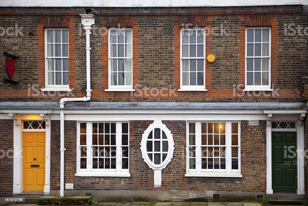 Facciata di mattoni rossi di una tipica casa inglese for Case inglesi foto
