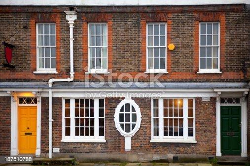 Facciata di mattoni rossi di una tipica casa inglese - Facciata di una casa ...