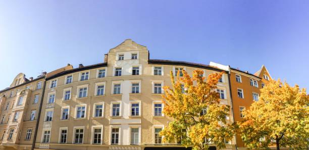 Fassade eines alten Gebäude im Stil der Art Nouveau Gründerzeit, Wohnhaus in der Stadt nach Renovierung – Foto