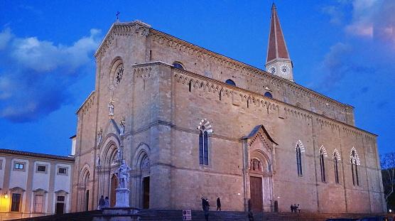 저녁에 아레 초 대성당의 외관 건물 외관에 대한 스톡 사진 및 기타 이미지