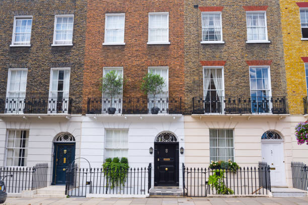 Facade of Georgian residential town houses made in yellow and red brick in a luxury residential area of West London. Facade of Georgian residential town houses made in yellow and red brick in a luxury residential area of West London. mayfair stock pictures, royalty-free photos & images