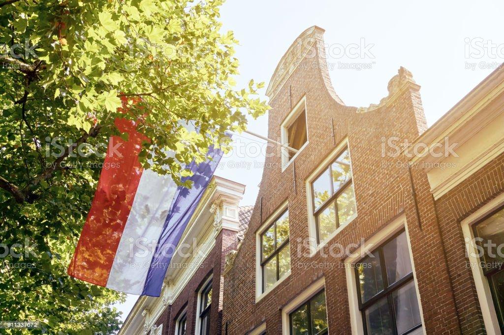 Fachada de casa en los países bajos con la bandera holandesa - foto de stock