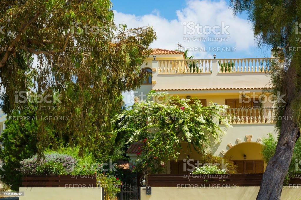 Fachada De Casa Con Terraza Cubierta Con Jardín Alrededor Y