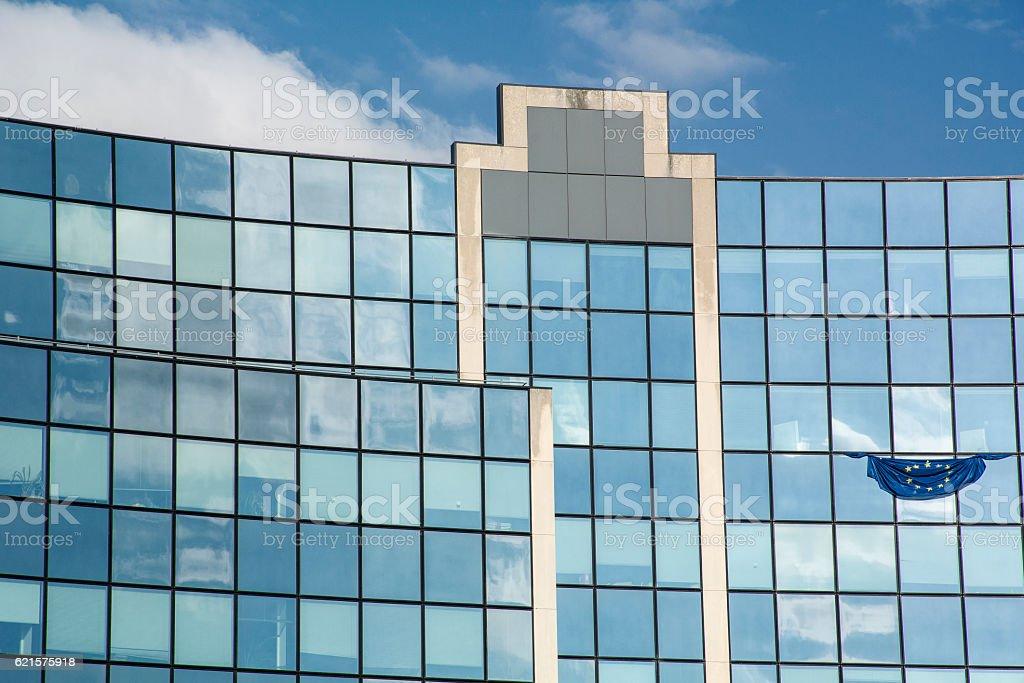 Facade of modern building with blue sky photo libre de droits
